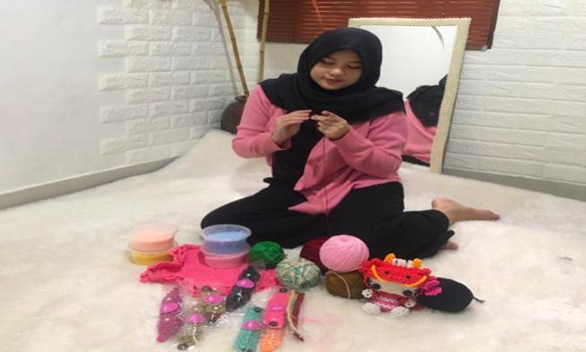 Mahasiswi di Palembang ini Raih jutaan Rupiah dengan Memproduksi Konektor Masker Hijab saat pandemi Covid-19