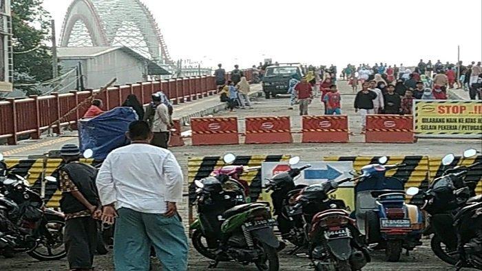 Masyarakat Ramai di Jembatan Musi VI, Anggota TNI Disiagakan Jaga Keamanan