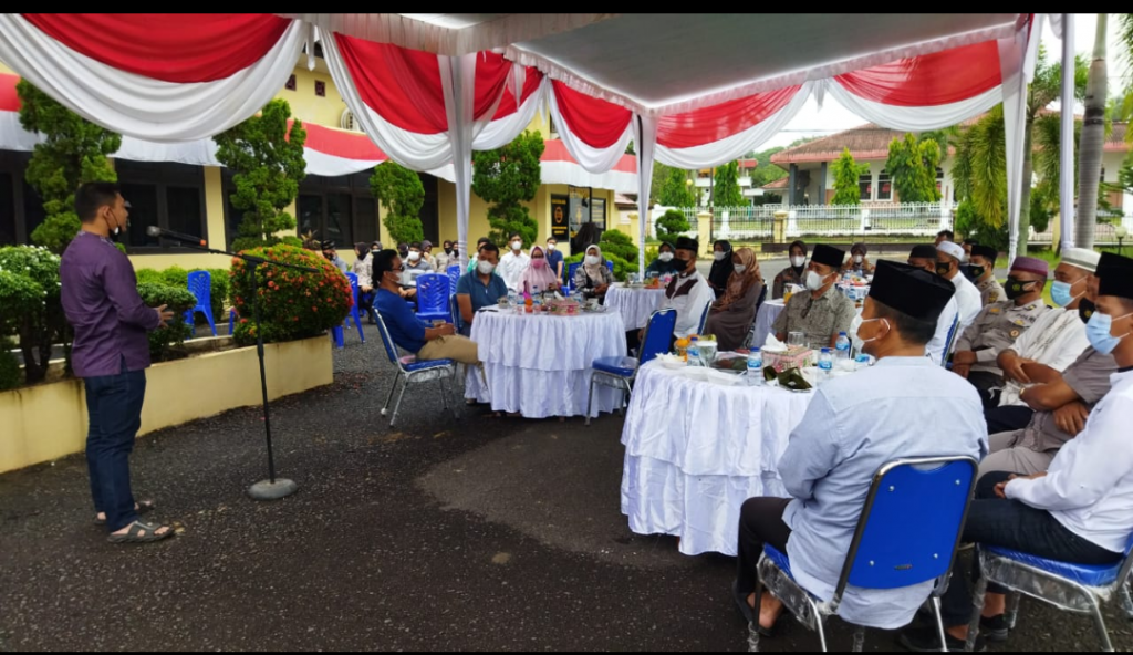 Kapolres OI Akbp Yusantiyo Sandhi.S.H dan Ustad Gus Miftah Doa bersama dan pemahaman  Virus Corona