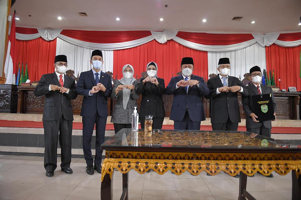DPRD Prov. Sumsel mendengarkan Pejelasan Gubernur terhadap Raperda Perubahan APBD Tahun Anggaran 2021